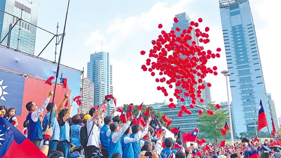 高市府10日舉辦國慶升旗典禮,活動尾聲施放上百顆國旗氣球,象徵國運昌隆。(柯宗緯攝)