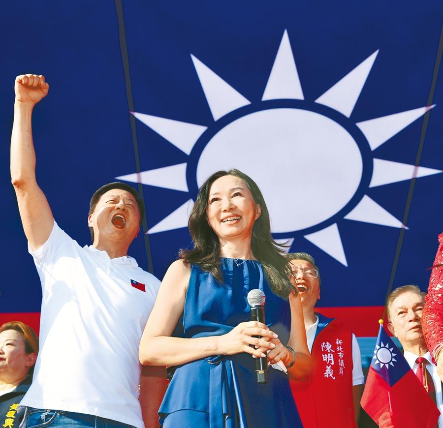 松濤社10日與國民黨一同舉辦「愛國旗愛國家國慶大會」,國民黨總統參選人韓國瑜的夫人李佳芬(右)特地北上參加。左為前台北縣長周錫瑋。(黃世麒攝)