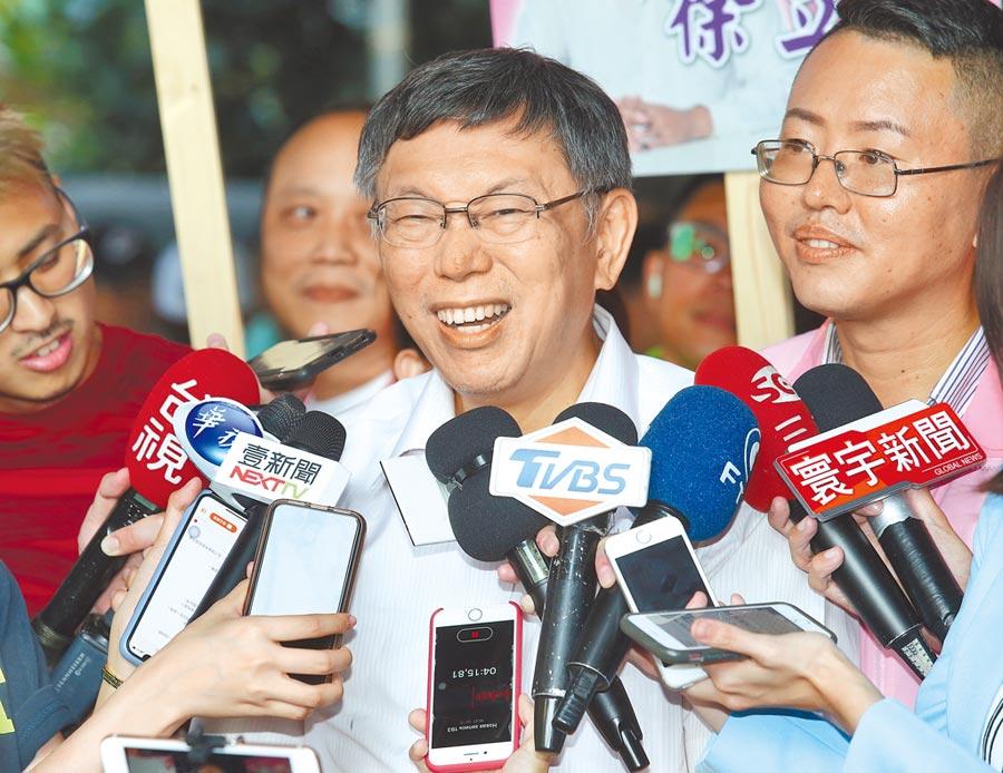 台灣民眾黨主席柯文哲指2020選舉只剩下垃圾時間,前新北市長朱立倫反嗆棒球是9局才決勝負。圖為柯參訪艋舺聚德宮。(陳君瑋攝)
