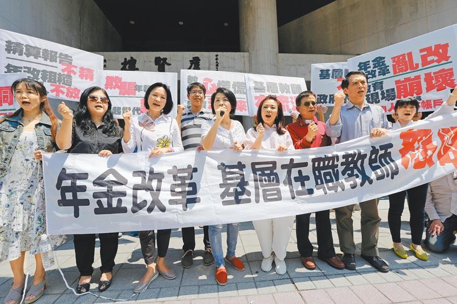 立委陳學聖(右二)曾聲援基層中小學教師,抗議蔡英文政府的年金改革政策「粗糙、不合理」。(本報資料照片)