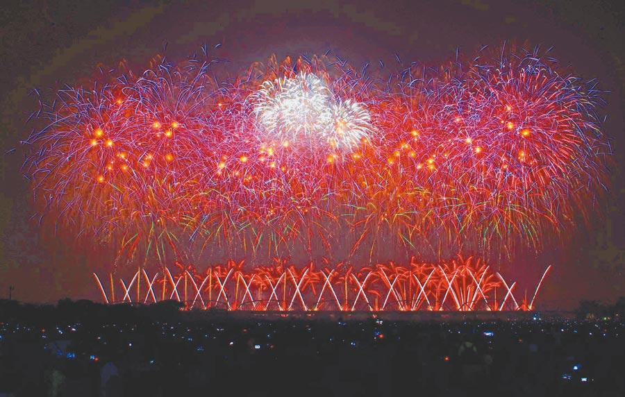 2019國慶焰火在屏東河濱公園施放42分鐘,創下史上最長紀錄。(潘建志攝)