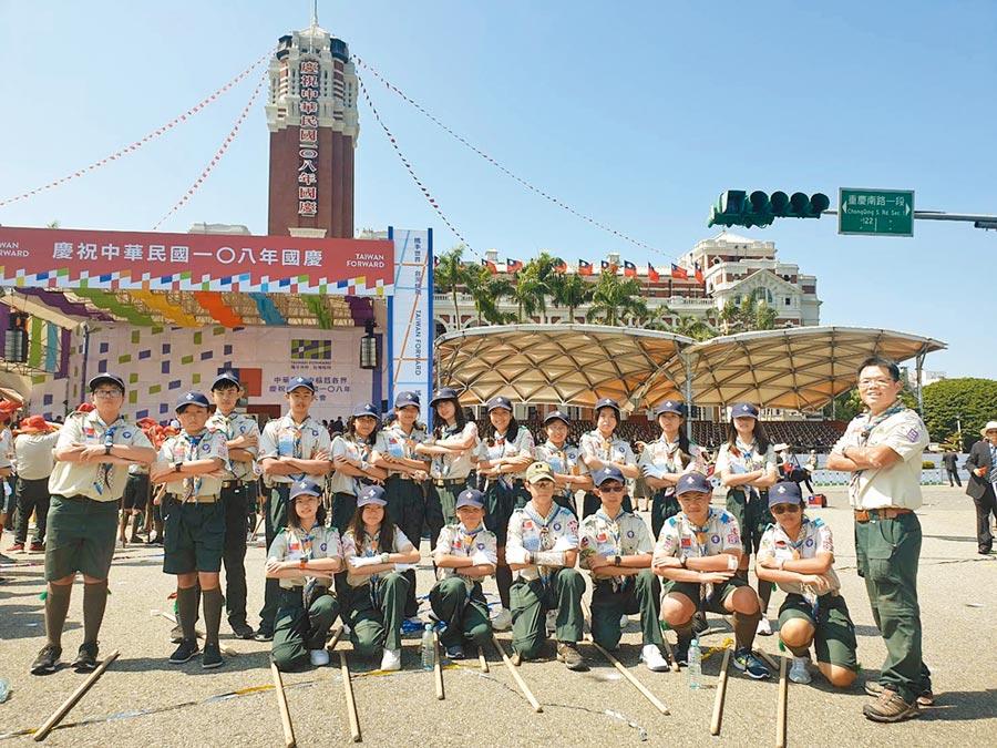 康橋童軍團在國慶大典擔任維持秩序及整理環境的工作。(康橋國際學校提供/王揚傑新北傳真)