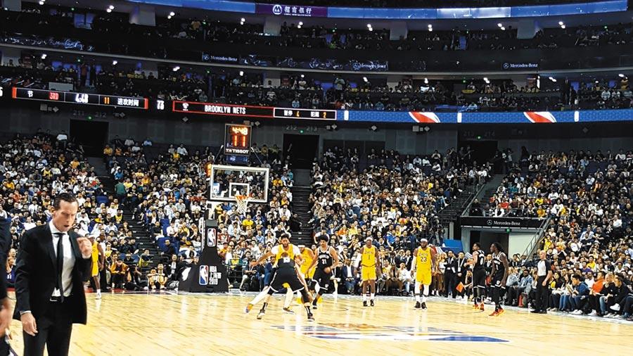 NBA上海賽10日晚間開打,由籃網出戰湖人,儘管NBA身陷政治風波,現場仍座無虛席。(葉文義攝)