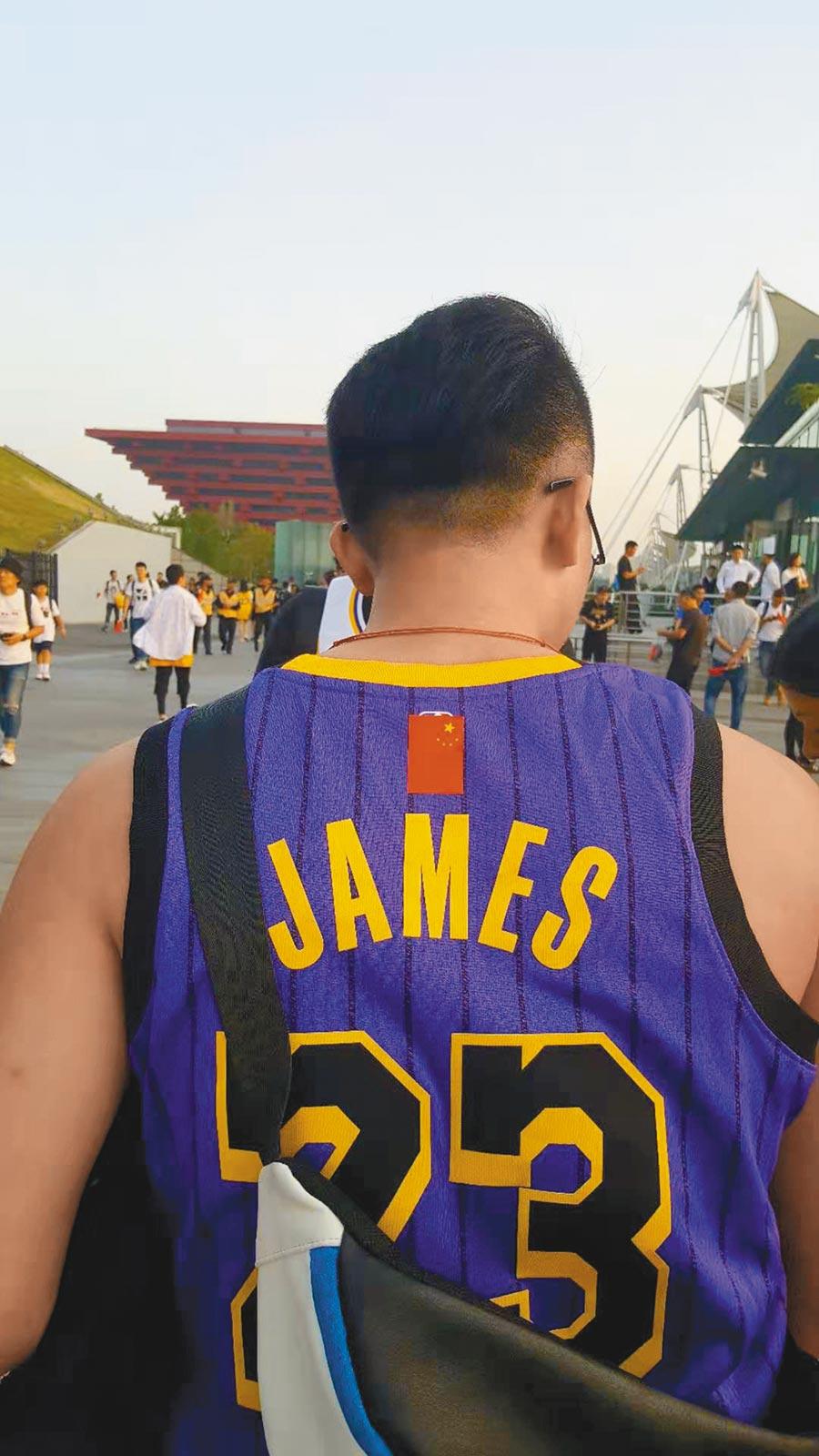 10日的NBA上海賽場外,有球迷把球衣上的NBA標誌,用五星旗貼紙蓋住。(葉文義攝)