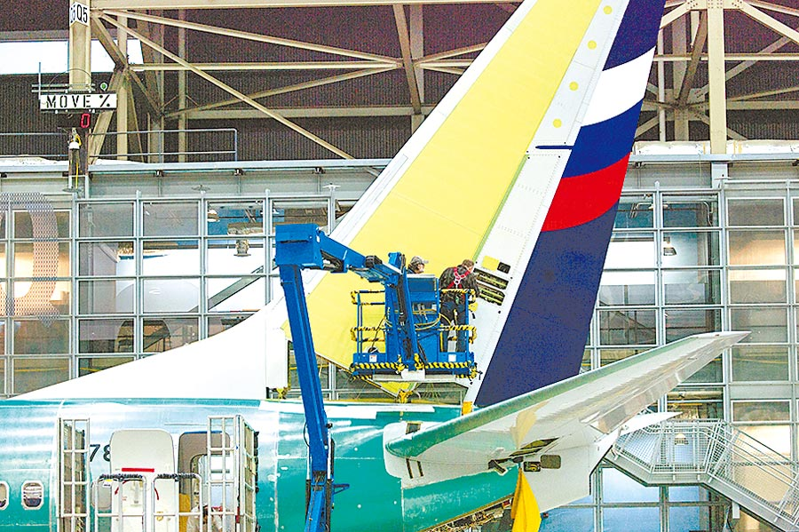 波音737 NG客機被爆出關鍵零件有裂縫。(路透)