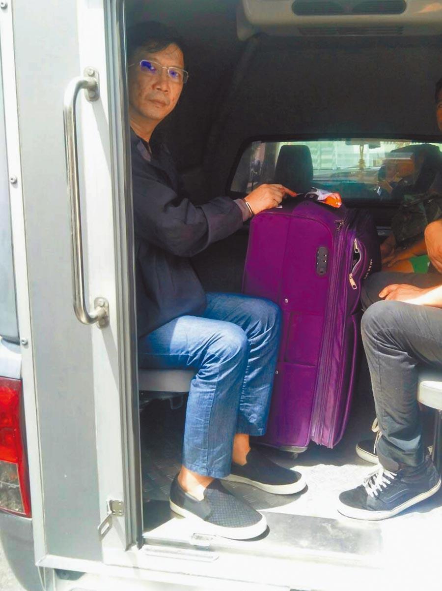 秦庠鈺在泰國刑滿押回台後,將入監並追稅。圖為秦去年9月持假護照入境泰國被逮,押送至法院。(中央社資料照片)