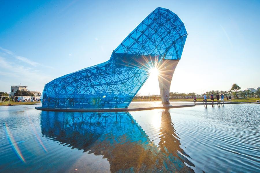 高17公尺的高跟鞋教堂是嘉義布袋沿海新地標,藍色玻璃鞋深具浪漫意象。(嘉義縣政府提供)