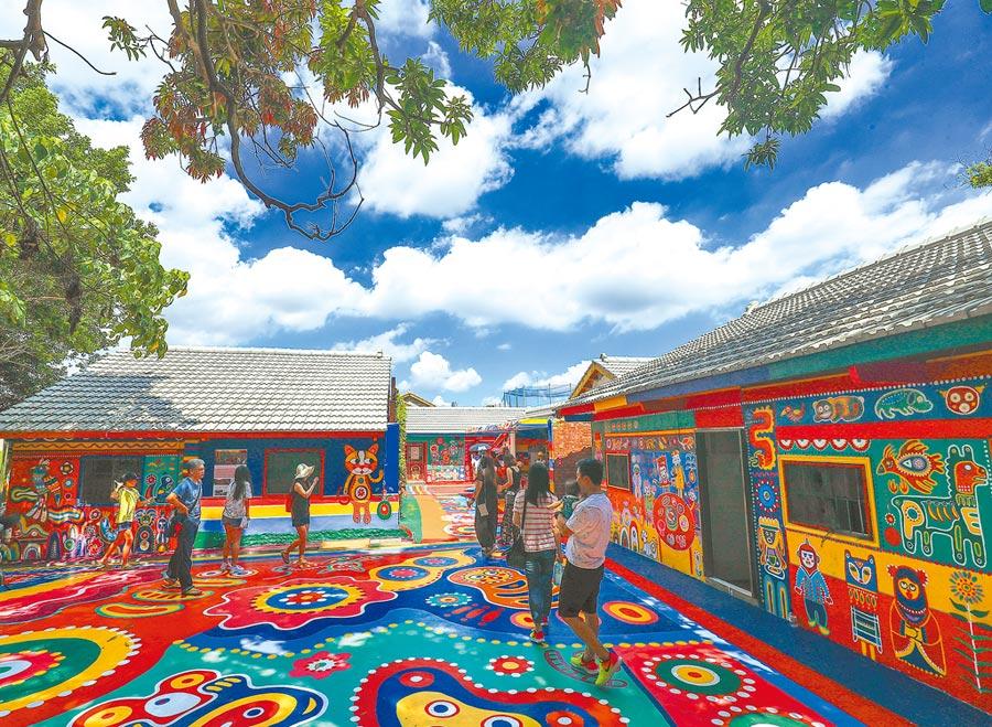 彩虹眷村色彩繽紛充滿童趣彩繪巷道,吸引許多遊客慕名前往參觀,讓這個孤寂眷村熱鬧起來。(台中市政府提供)