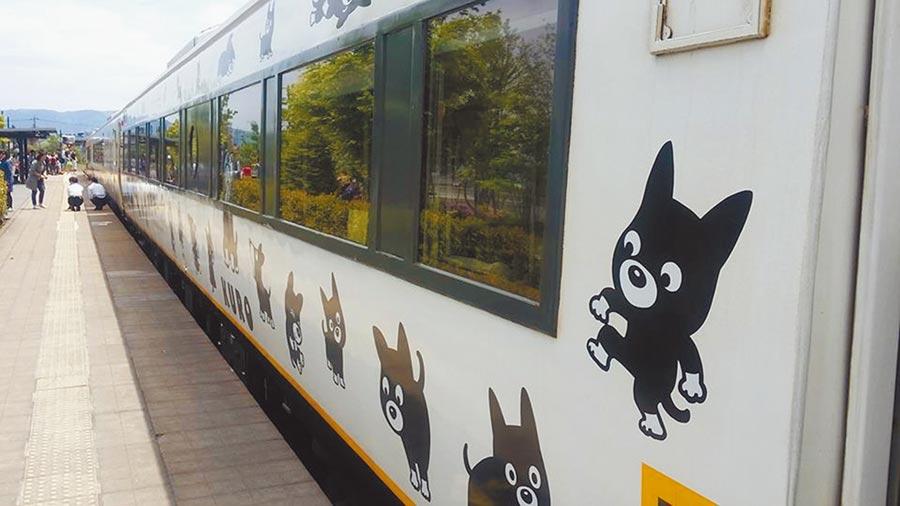 日本南部九州的阿蘇火車站,「阿蘇男孩號」列車更是遠近馳名,是許多火車迷追車焦點之一,車身有著可愛的阿蘇站長Kuro的身影。(旅遊達人陳雅雪提供/甘嘉雯桃園傳真)