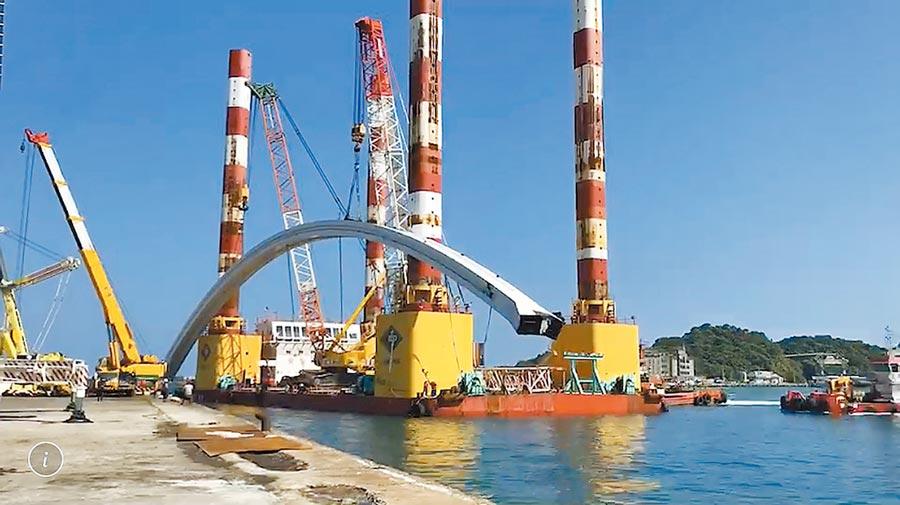 萬噸級浮台船(海上作業平臺)正將橋拱吊往碼頭放置。(台灣港務公司提供/胡健森宜蘭傳真)