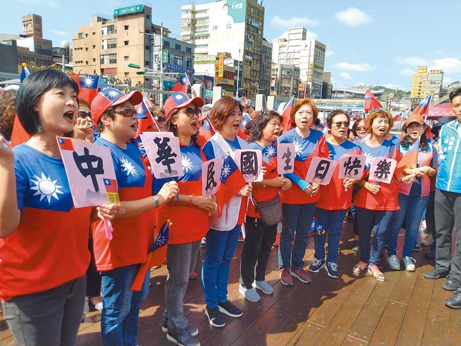 議員宋瑋莉(左四)與基隆婦女朋友高唱國家,一起祝賀中華民國生日快樂。(許家寧攝)