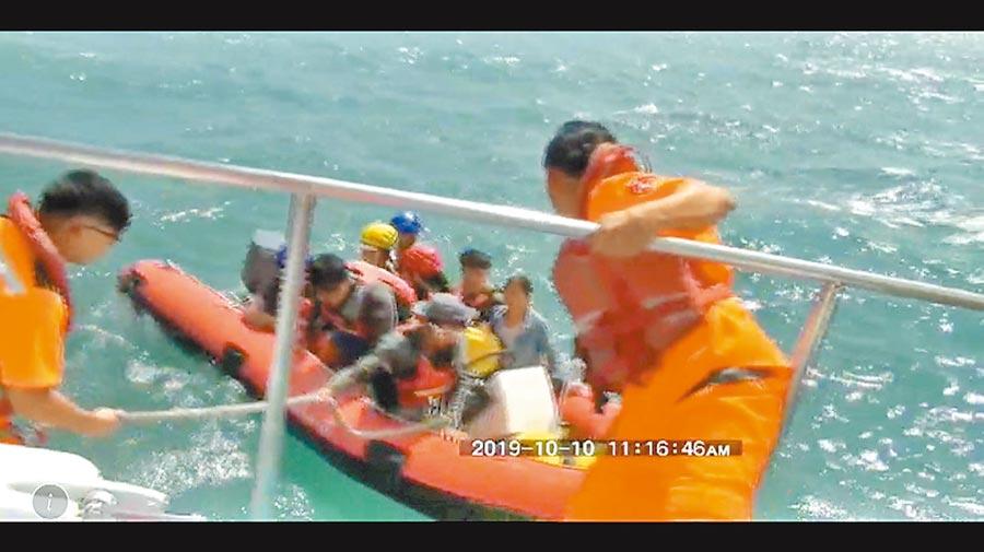 海巡人員將救生艇上的遊客接駁至艦艇上以確保安全。(蘇澳海巡署提供/胡健森宜蘭傳真)