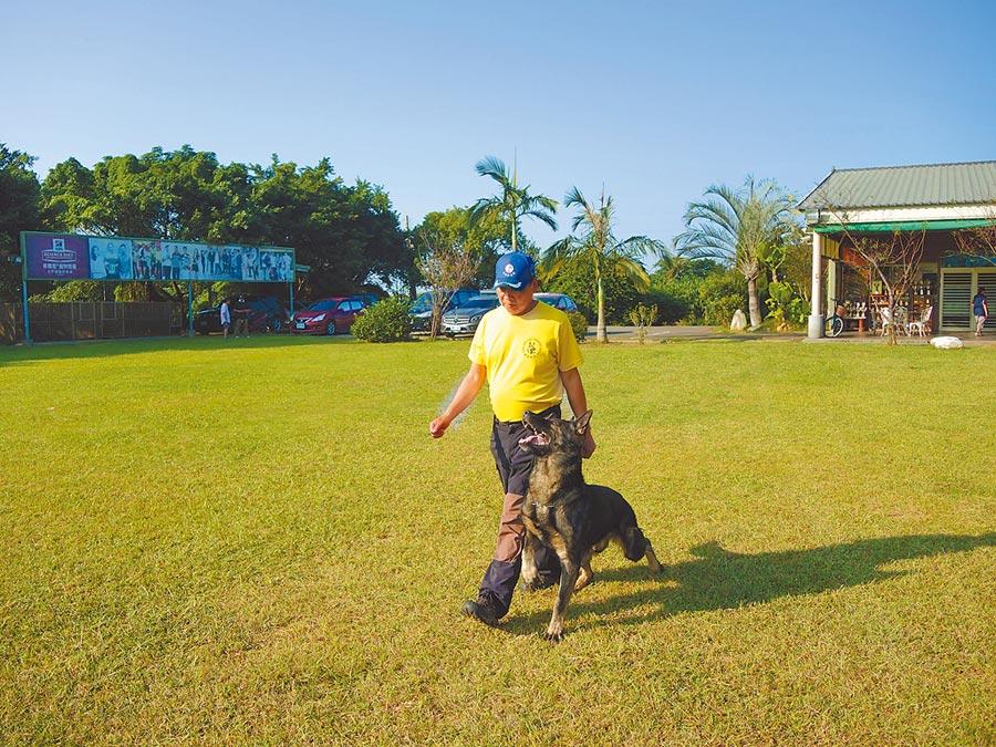 龍杰警犬訓練所業者稱被離職員工構陷,將對爆料者進行提告。(邱立雅攝)