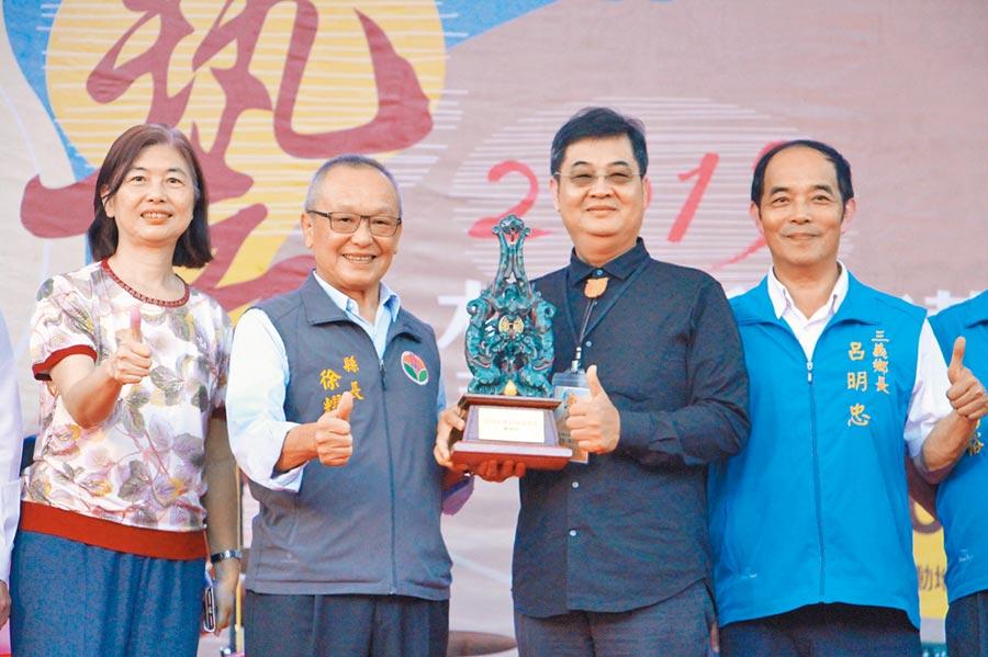 台灣木雕薪傳獎由木雕大師陳啟村(右二)奪得。(何冠嫻攝)
