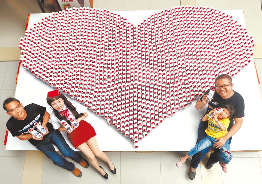 台鐵國慶日(10日)發表普悠瑪號造型水,設計單位台灣鐵道故事館,用1500瓶普悠瑪造型水瓶,排出大大的愛心,發表這款礦泉水,並宣布部分所得,將捐給台灣動物緊急救援小組。(黃國峰攝)