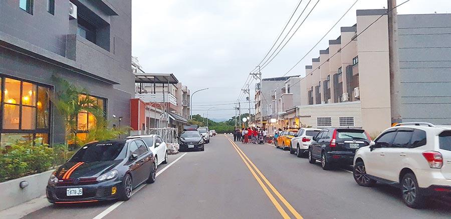 雙十連假台東民宿住房率近9成,台東新站民宿區遊客車輛停滿路邊。(楊漢聲攝)
