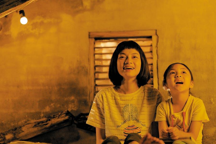 姚愛寗(左起)、陳品璇演出《為你存在的每一天》。(星泰娛樂提供)