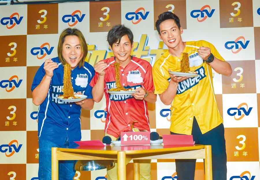 王仁甫(左起)、孫協志、許孟哲昨大口吃麵。(盧禕祺攝)