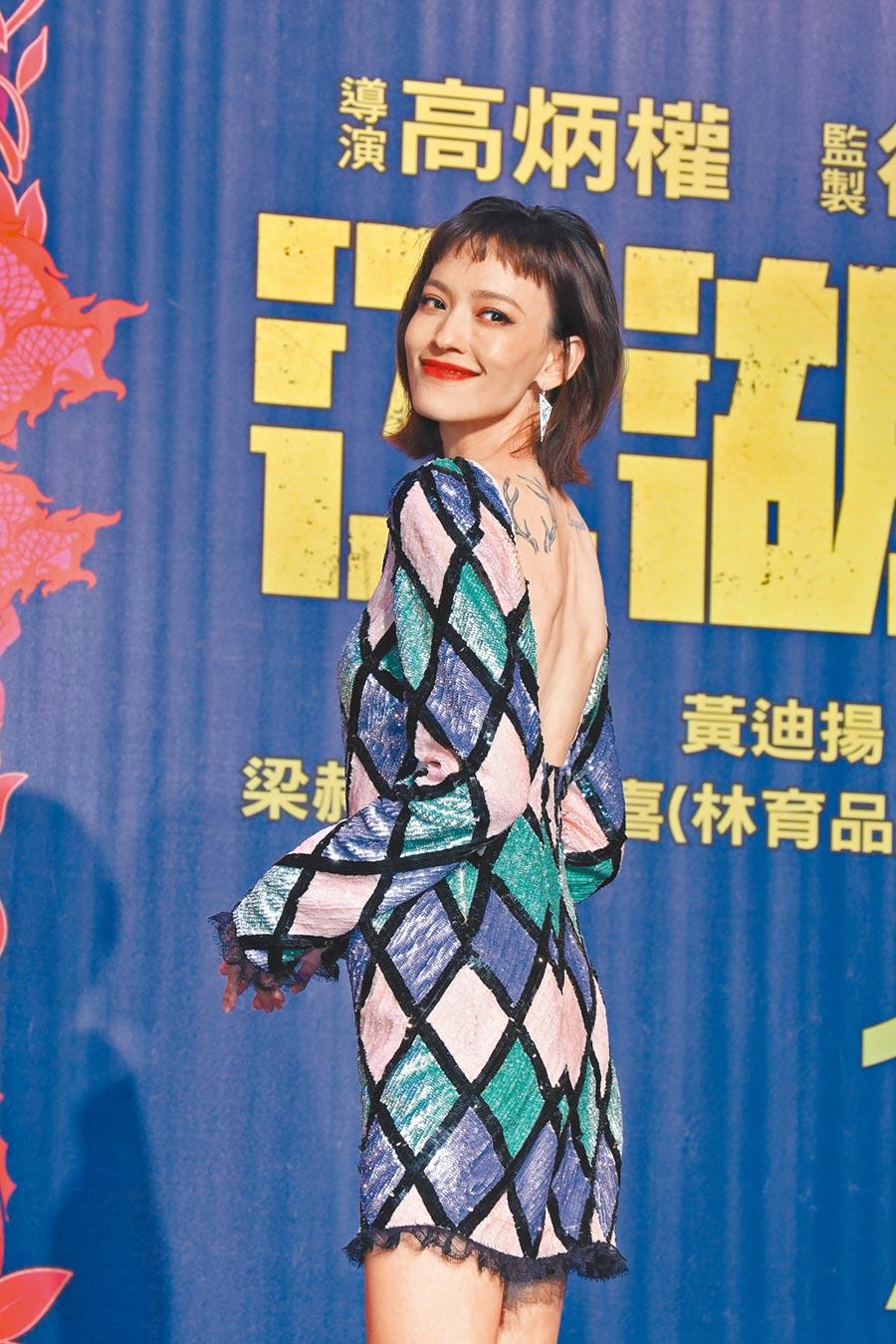 姚以緹宣傳《江湖無難事》造型甜美不失辣度,Blumarine菱格亮片洋裝17萬7000元。(CFP)
