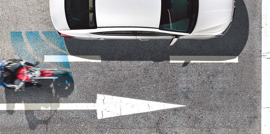 HYUNDAI ELANTRA搭載SEA車門啟閉防撞警示,能有效降低後方車輛追撞的發生。(南陽實業提供)