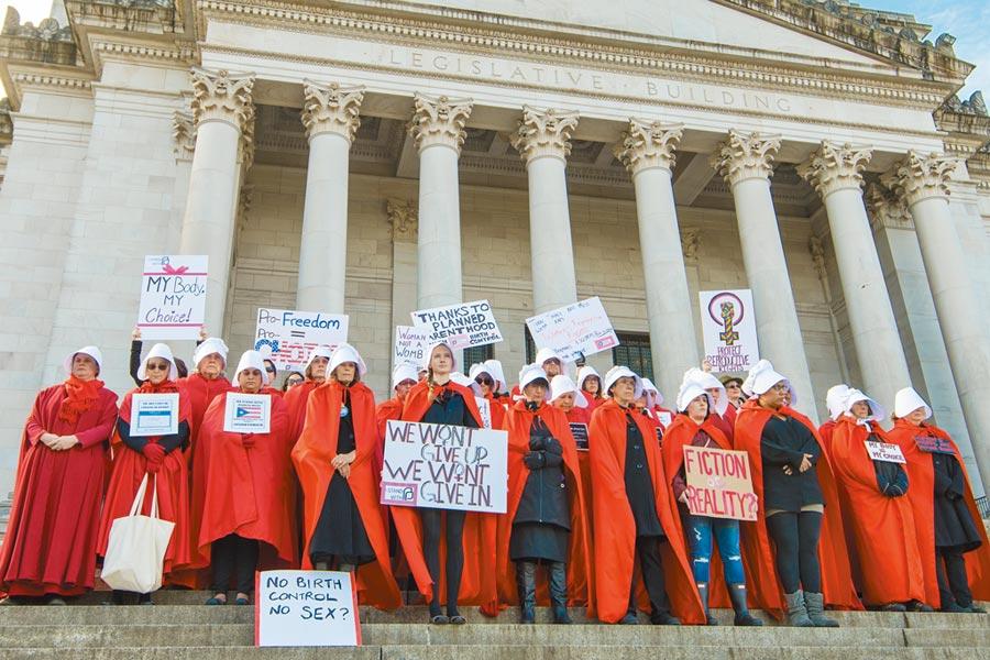 《使女的故事》描述女權低落的極權國家,穿著紅衣白帽的「使女」們淪為上流社會的生育機器。隨著美國好幾個州通過嚴格的墮胎禁令,「使女」的紅衣白帽也成為女權抗爭活動常見的象徵。