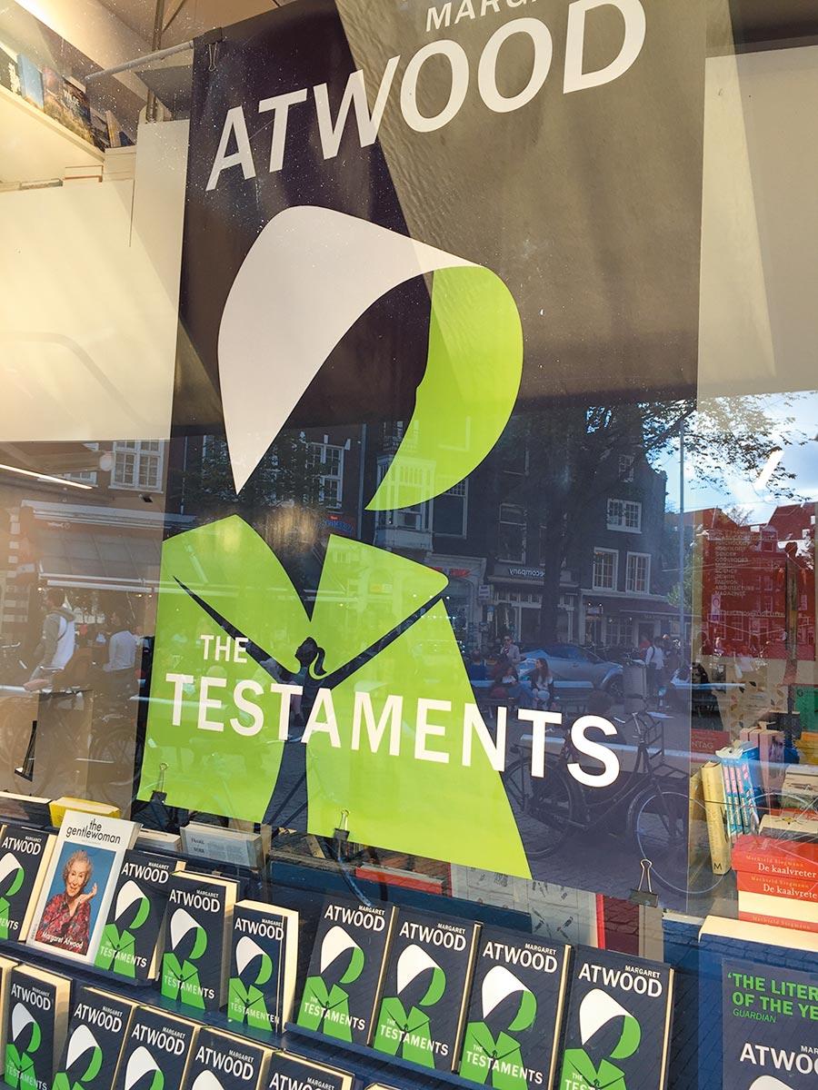 《使女的故事》續集《證言》首周大賣,更在倫敦水石書店舉辦盛大的新書發布活動,由作者親自朗讀書中片段。