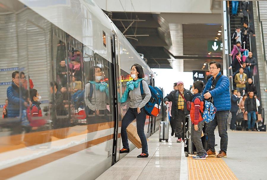 廈門北站民眾搭乘復興號列車。(新華社資料照片)