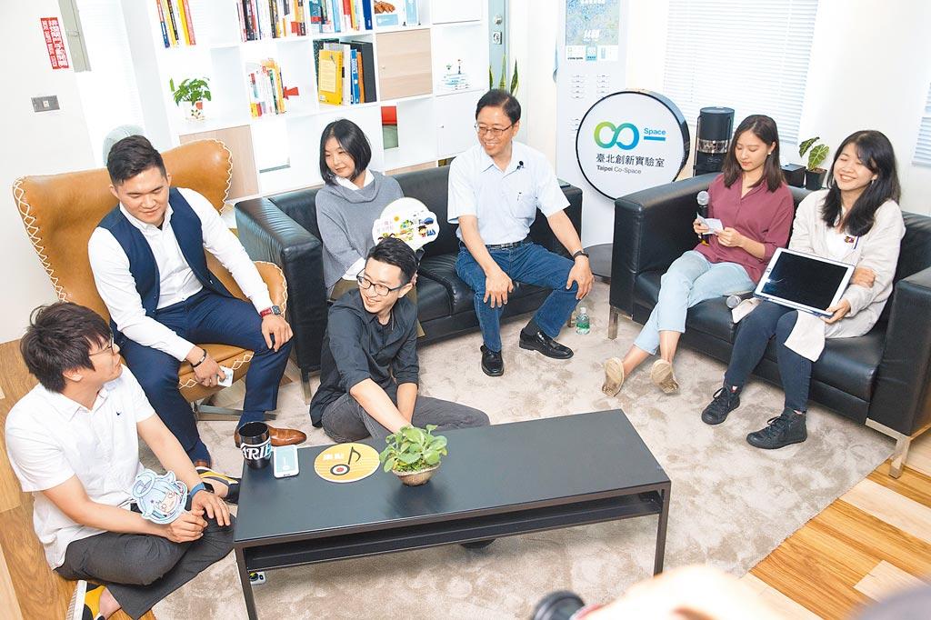 國民黨總統參選人韓國瑜的國政顧問團總召張善政(右三)至台北市創新實驗室了解青年創業現況與困境。(本報資料照片)
