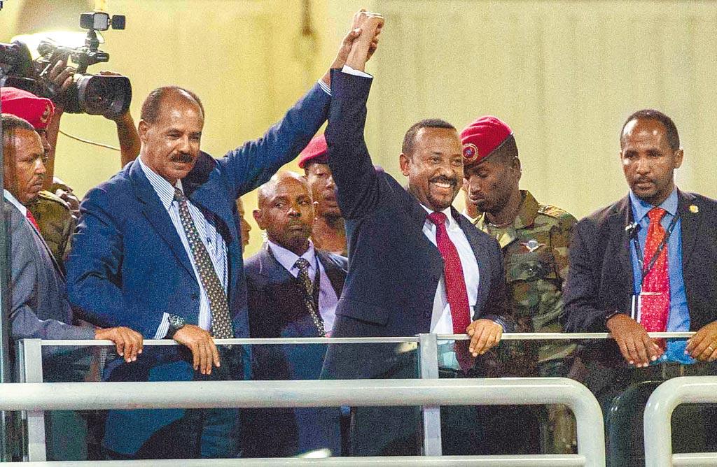衣索比亞總理阿比‧阿邁德(右二)因致力推動與鄰國厄利垂亞的和平,獲頒2019年諾貝爾和平獎。(美聯社)
