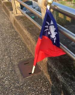 碧潭24面國旗遭折斷插水溝  警調監視器偵辦