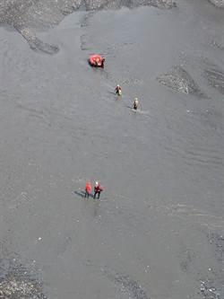 女山友丹大涉溪被沖離200公尺 信義消防救援成功