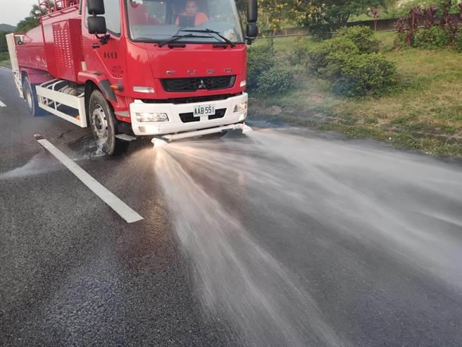 硫酸槽車國道發生車禍 ,1人受傷送醫。(桃園市消防局提供/甘嘉雯桃園傳真)