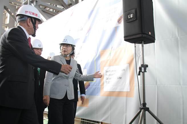 蔡英文總統12日上午出席「世紀離岸風電設備公司台北港南碼頭廠辦啟動儀式」。(譚宇哲攝)