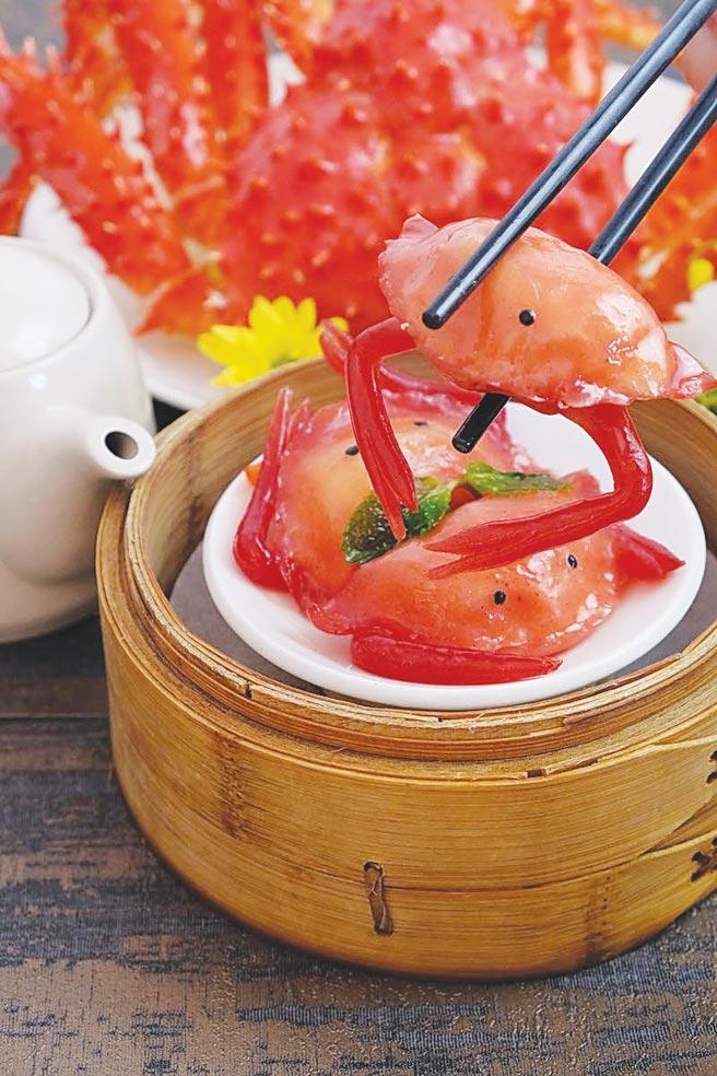 六福客棧〈金鳳廳〉的〈帝王蟹水晶餃〉不只是講究味鮮,廚師還將之以手工捏製成螃蟹模樣。圖/六福客棧