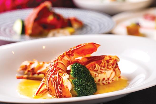 台北萬豪酒店〈宴客樓〉推出的「龍鮑蟹」饗宴,鮮美龍蝦以日本清酒及金棗醬的酸甜鹹蒸出鮮味。圖/台北萬豪酒店