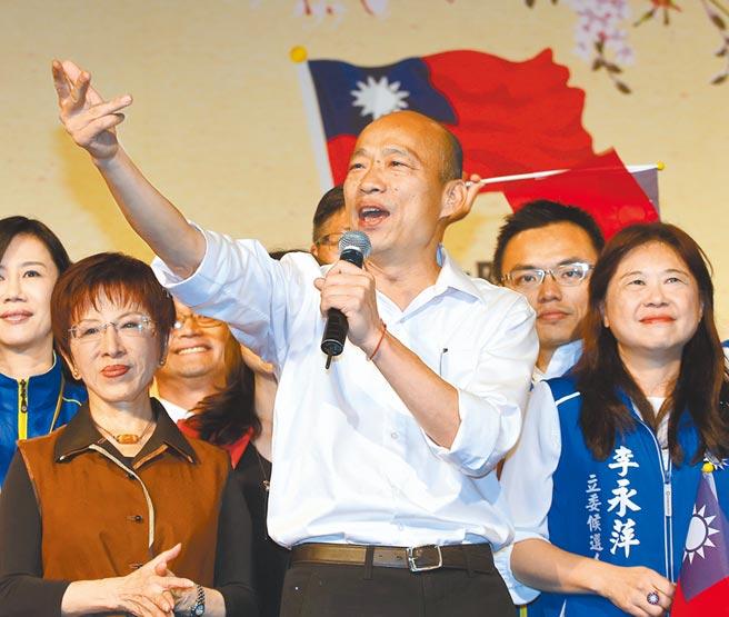 國民黨總統參選人韓國瑜(中)競選團隊將改變選舉策略。圖為韓上月出席大陸台商秋節聯誼會時致詞。(本報資料照片)