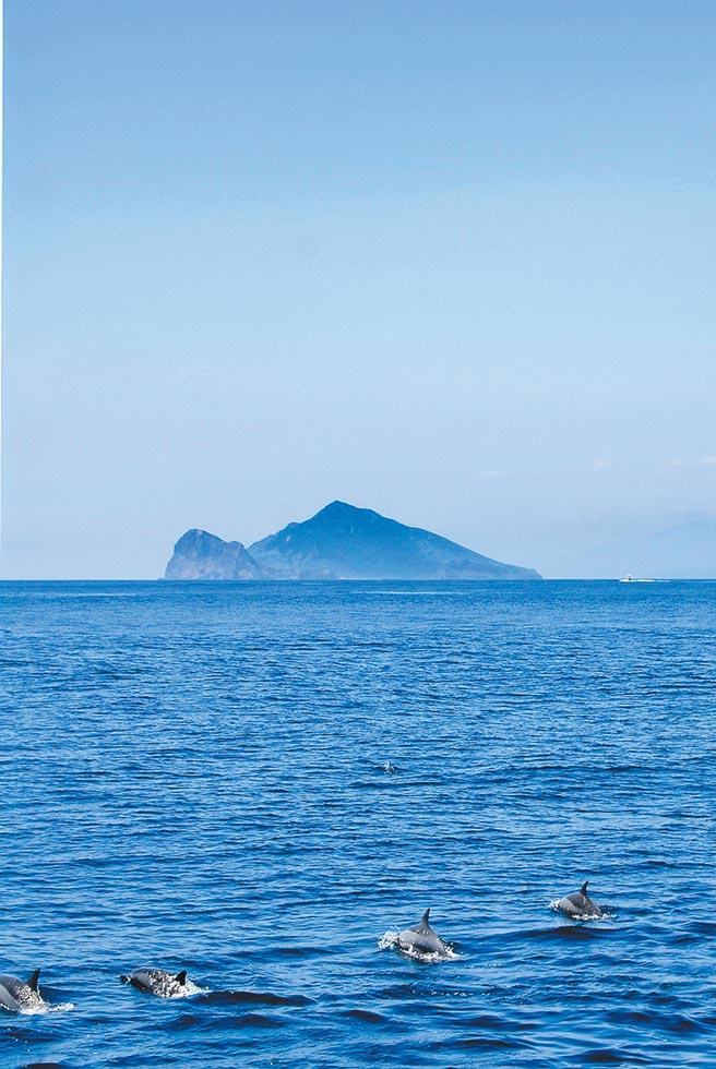 宜蘭龜山島開放後,因可搭船賞鯨豚又能登島觀光,近年成為新興熱門景點。(交通部觀光局提供)