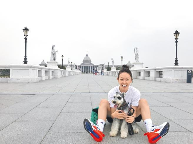 潘慧如帶著3歲半愛犬「雪寶」為毛小孩助糧平台拍公益影片。(球狀星團娛樂提供)
