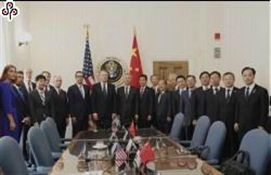 大陸國務院副總理劉鶴與美國貿易代表萊海澤、財政部長穆姆欽10日開始新一輪陸美經貿高級別磋商前合影。 (新華社)