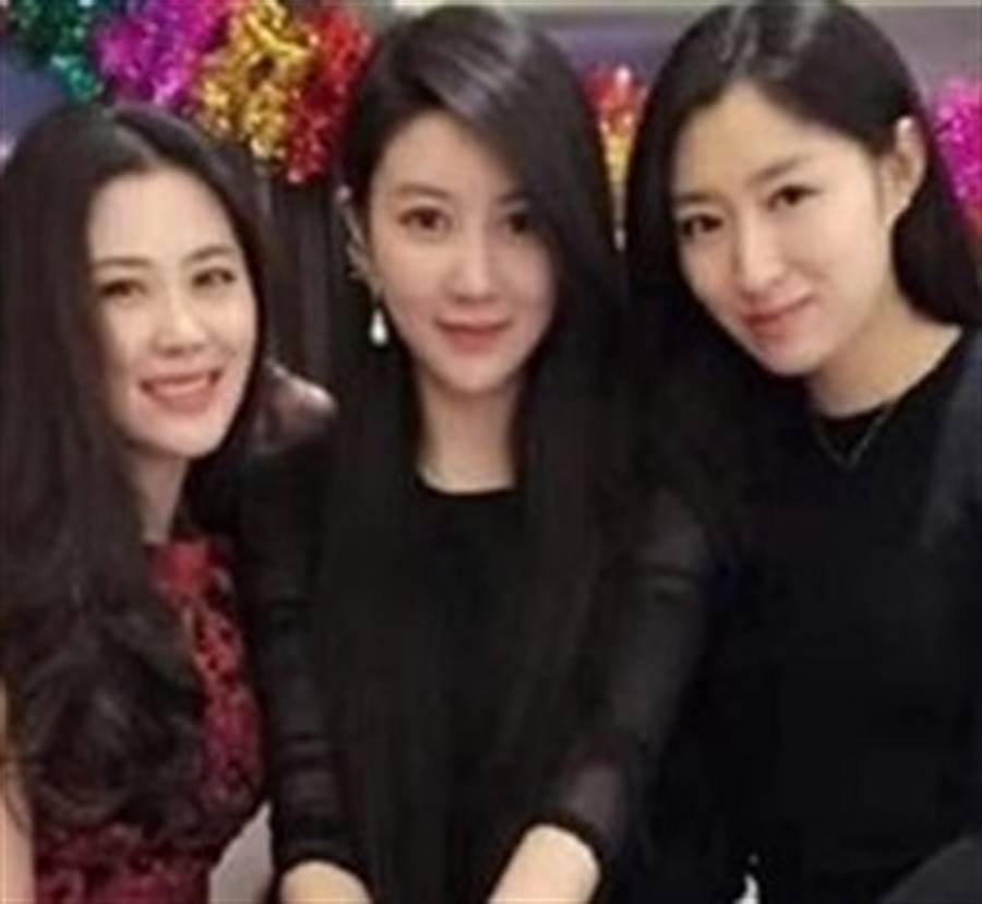 網友猜不出誰照片中3母女誰是媽媽。(圖/翻攝自爆廢公社)
