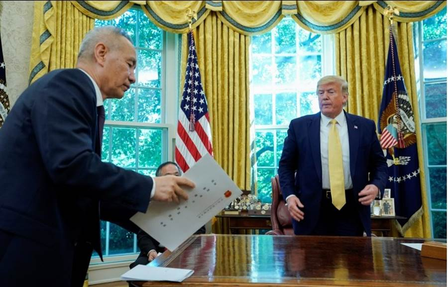 美國總統川普(右)接見大陸國務院副總理劉鶴。(圖/路透)