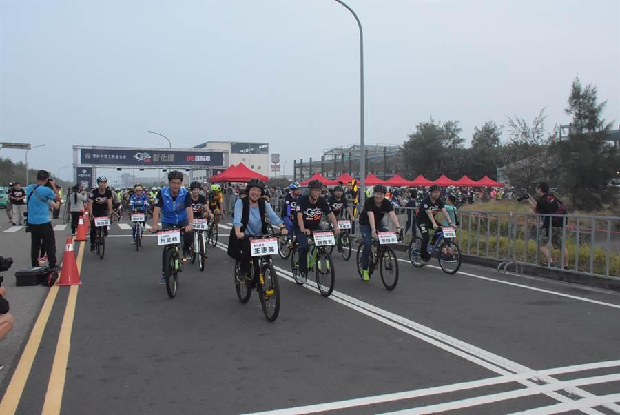 立委柯呈枋(前排左)、彰化縣長王惠美(左二)都參與開場賽事,陪同挑戰組車友們體驗優質車道。(謝瓊雲攝)
