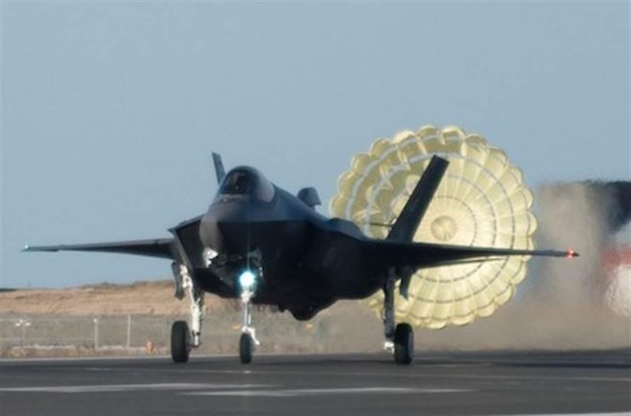 挪威皇家空軍F-35戰機為因應冬季冰滑的跑道,機後加裝了阻力傘,好在降落時增加阻力,減緩滑行速度。(洛克希德馬丁)