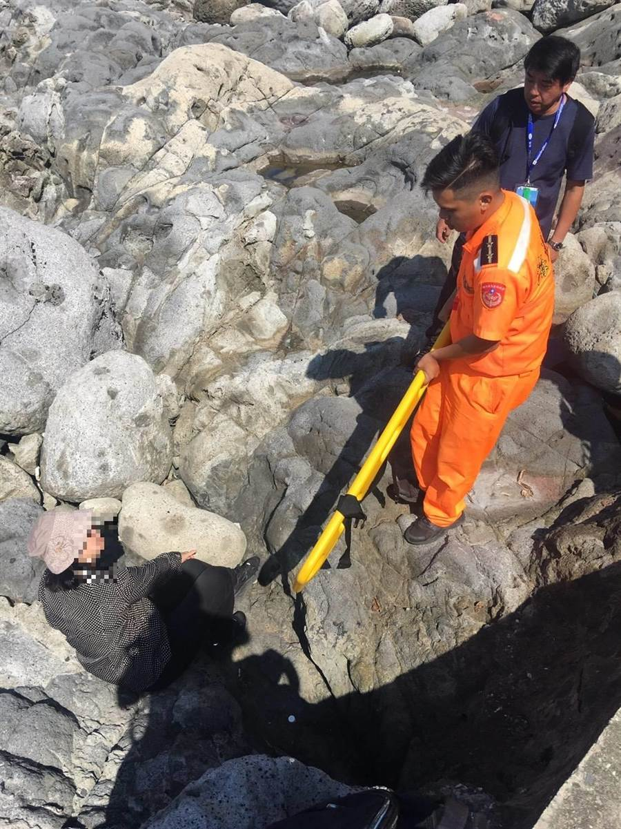 台中58歲吳姓婦人在基隆嶼旅遊不慎滑倒摔斷腿。(第二岸巡隊提供/許家寧基隆傳真)