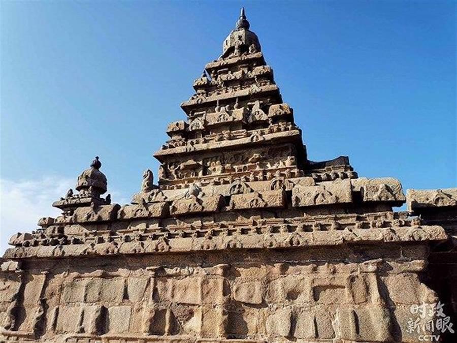 海岸神廟共有三個金字塔式聖殿。主聖殿面朝東方,共五層塔形尖頂、高18米,坐落在15米見方的平台上。殿內雕刻有濕婆像,每當旭日東升時,陽光會從海的彼端射入聖殿內。(大陸央視)