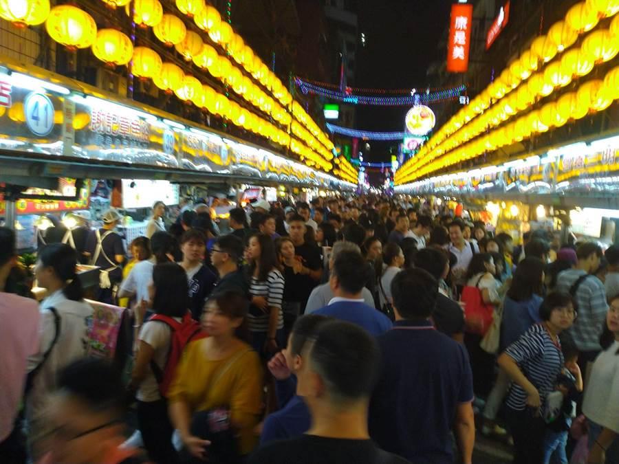 基隆廟口夜市人潮眾多,國慶連假再傳色狼以下體猛蹭女遊客。(許家寧攝)