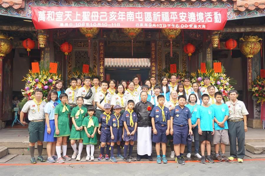 台中市萬和宮重事長蕭清杰與童軍們合影時說,「媽祖一定會保佑各位同學學業進步,平安健康。」(盧金足攝)