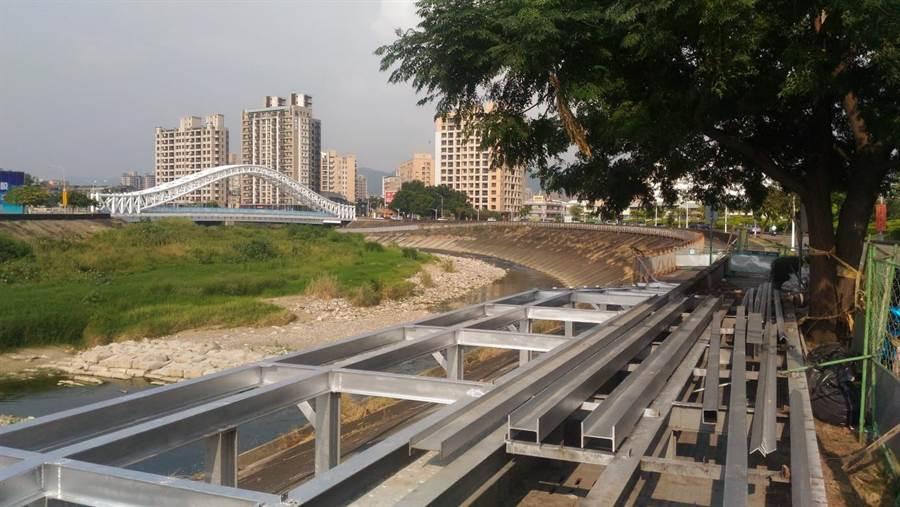 台中市交通局目前正改建水景玫瑰公園對面平台鋪面,預計於今年11月底完工。(台中市交通局/盧金足台中傳真)