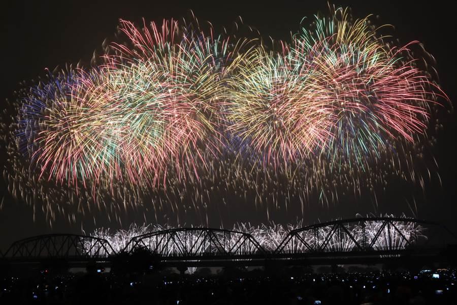 2019國慶煙火10日晚間在高屏溪屏東河濱公園施放,1萬6280發煙火彈把高屏溪夜空變成最絢麗燦爛的銀河。(謝佳潾攝)