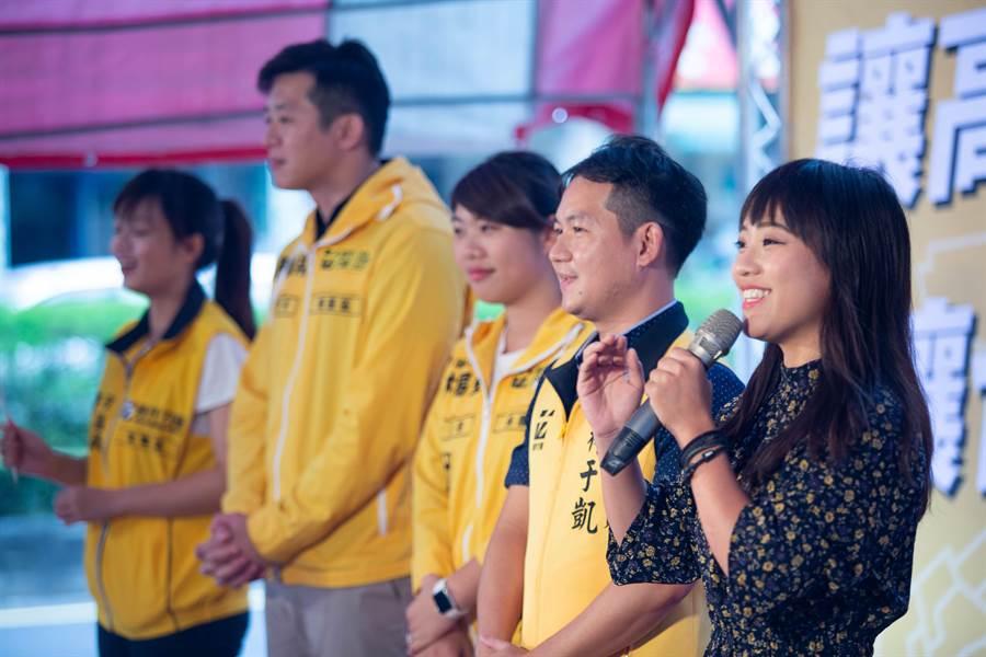 黃捷與同黨議員整齊鮮明的打扮不同,致詞時更一度口誤要在國會監督韓國瑜。(袁庭堯攝)